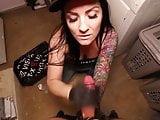 cum im Mund eine brunette Hundin mit Tattoo